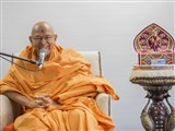Pujya Tyagvallabh Swami delivers a discourse in the bal-balika shibir