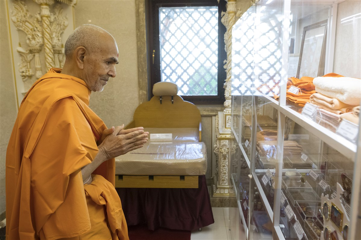 Swamishri engrossed in darshan of other prasadi items