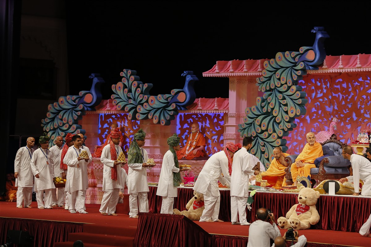 Devotees offer various gifts to Swamishri at the joyous occasion of his arrival in the UK
