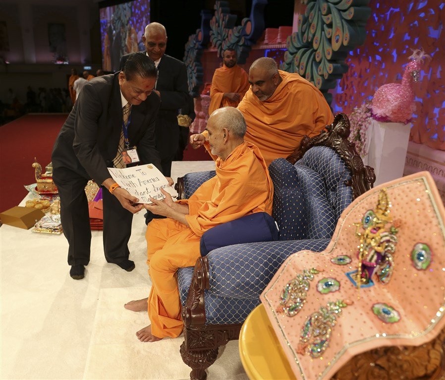 Devotees from South East region, North America, formally invite Swamishri to the next leg of his vicharan, in Atlanta
