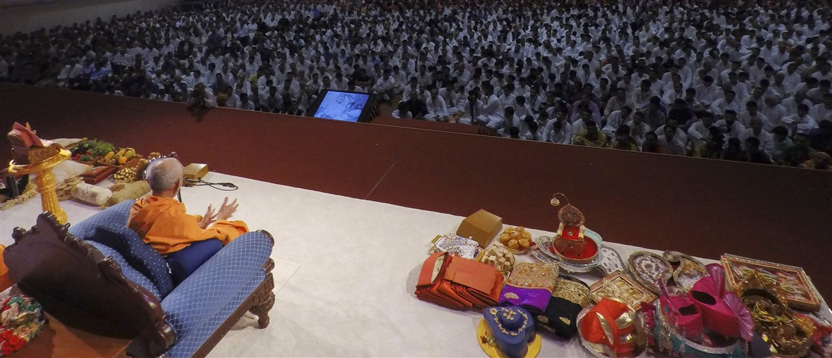 Devotees offered various gifts to Swamishri and Thakorji at their joyous arrival in the UK