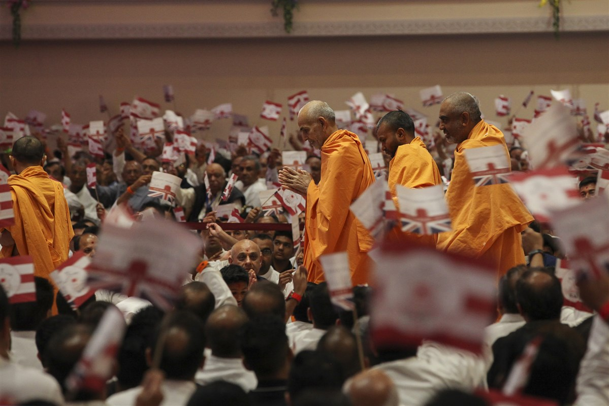 Swamishri entered the welcome assembly to a rapturous reception