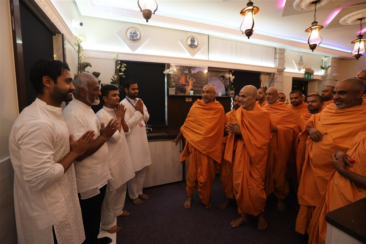Swamishri greets volunteers