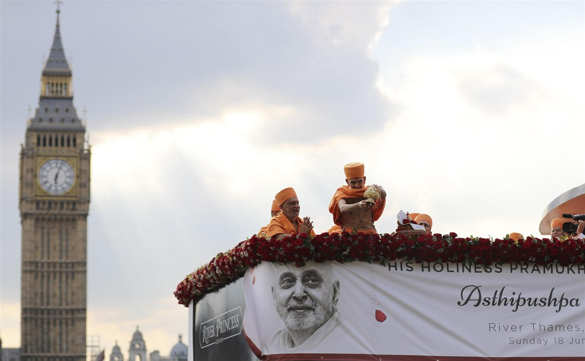 "In the afternoon, Mahant Swami Maharaj arrived on the River Thames to ceremoniously scatter the asthipushpa (holy ashes) of HH Pramukh Swami Maharaj. <br><a href="" http://www.baps.org/News/2017/HH-Pramukh-Swami-Maharajs-Asthipushpa-Visarjan-11648.aspx"" target=""blank"" style=""text-decoration:underline; color:blue;"">For more photos</a>"
