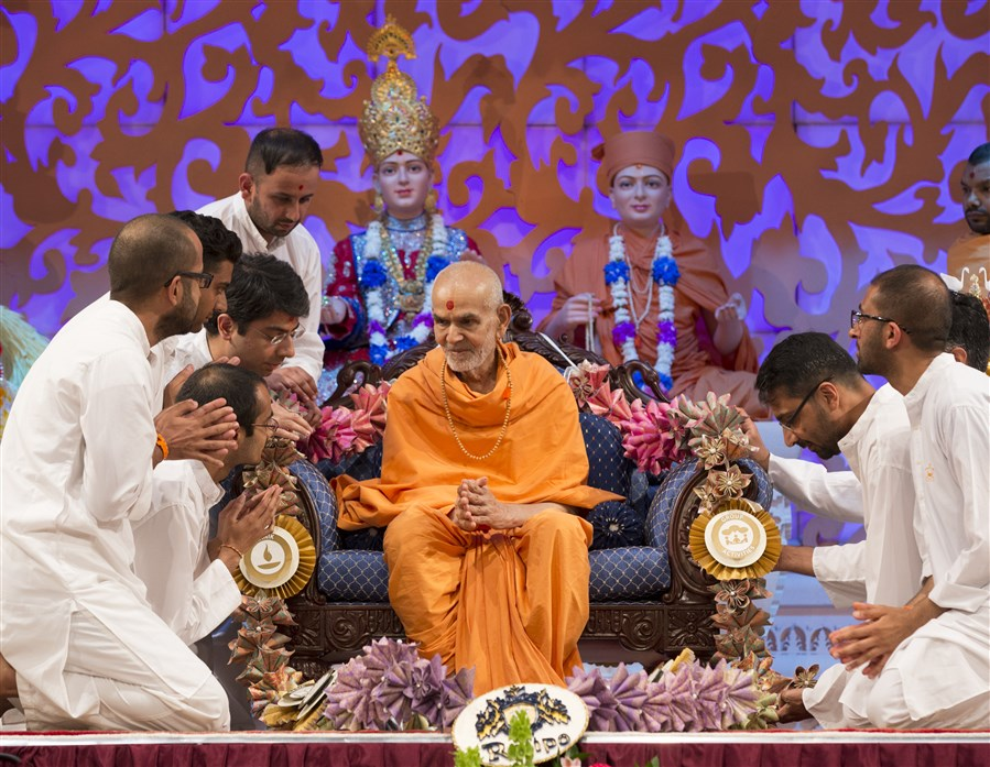 "Lead Kishore Mandal volunteers honour Swamishri with a garland comprising the results of the recently completed <a href=""http://www.baps.org/News/2017/Kishore-Kishori-Mandal-Adhiveshan-Phase-1-11149.aspx"" target=""blank"" style=""text-decoration:underline; color:blue;"" >'Rajipo'</a> adhiveshan"