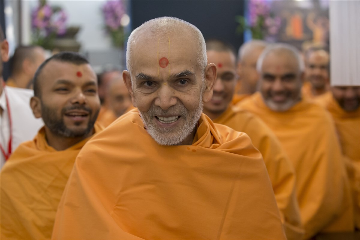 Param Pujya Mahant Swami Maharaj makes his way to the Abhishek Mandap
