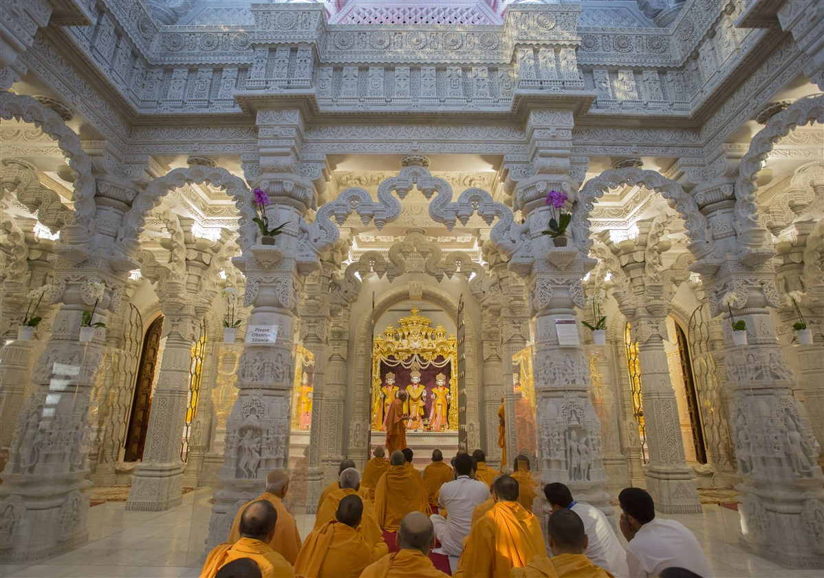 Swamishri performs arti in the central shrine of the mandir