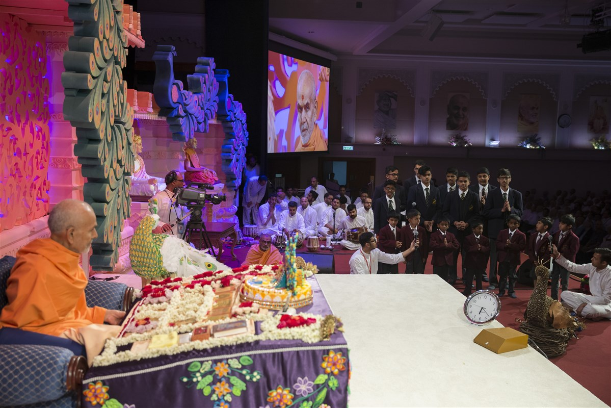 Pupils from The Swaminarayan School present in Swamishri's puja