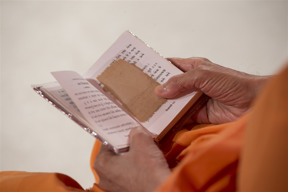 Swamishri reads the Shikshapatri in his puja