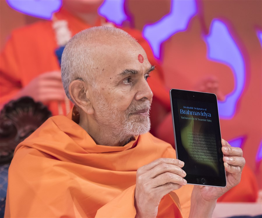 Swamishri inaugurates a new Kindle eBook - <i>Invaluable Scriptures of Brahmavidya: Vachanamrut & Swamini Vato</i> - now available from Amazon.com