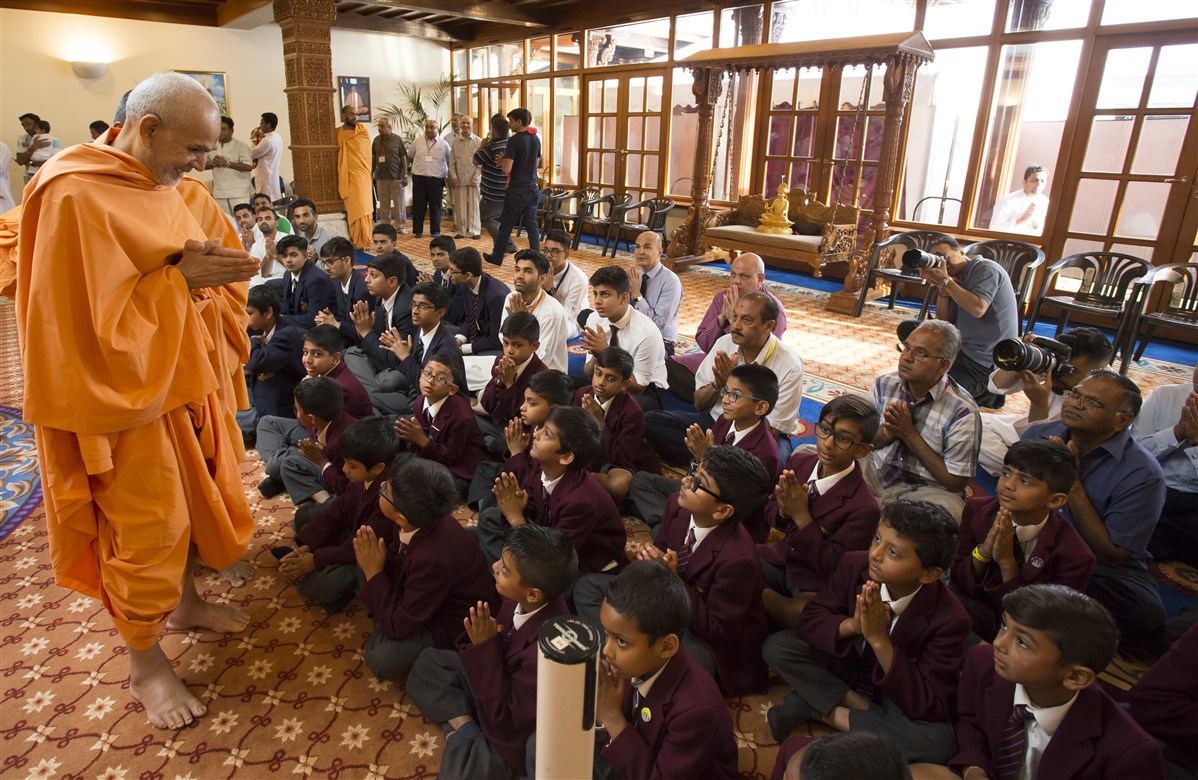 Swamishri meets pupils of The Swaminarayan School