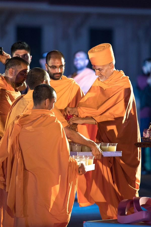 Swamishri sanctifies lemonade for devotees who observed a fast