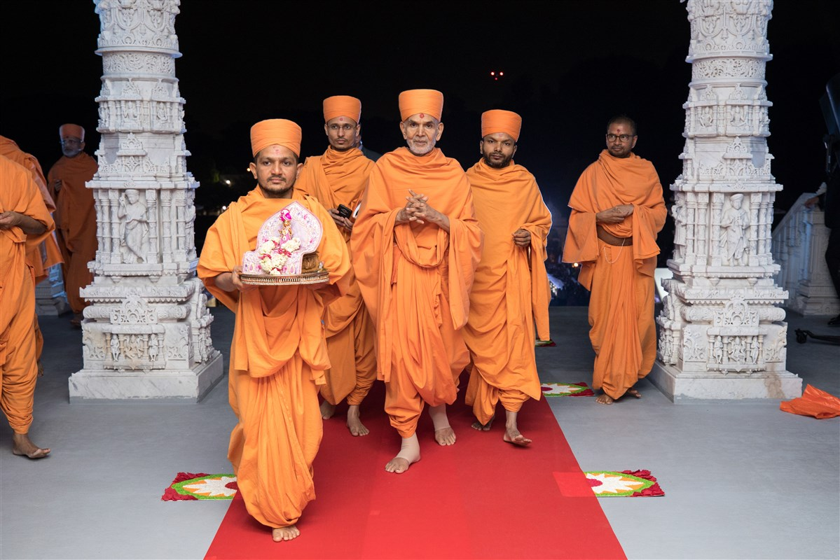 Shri Harikrishna Maharaj and Swamishri enter the Mandir
