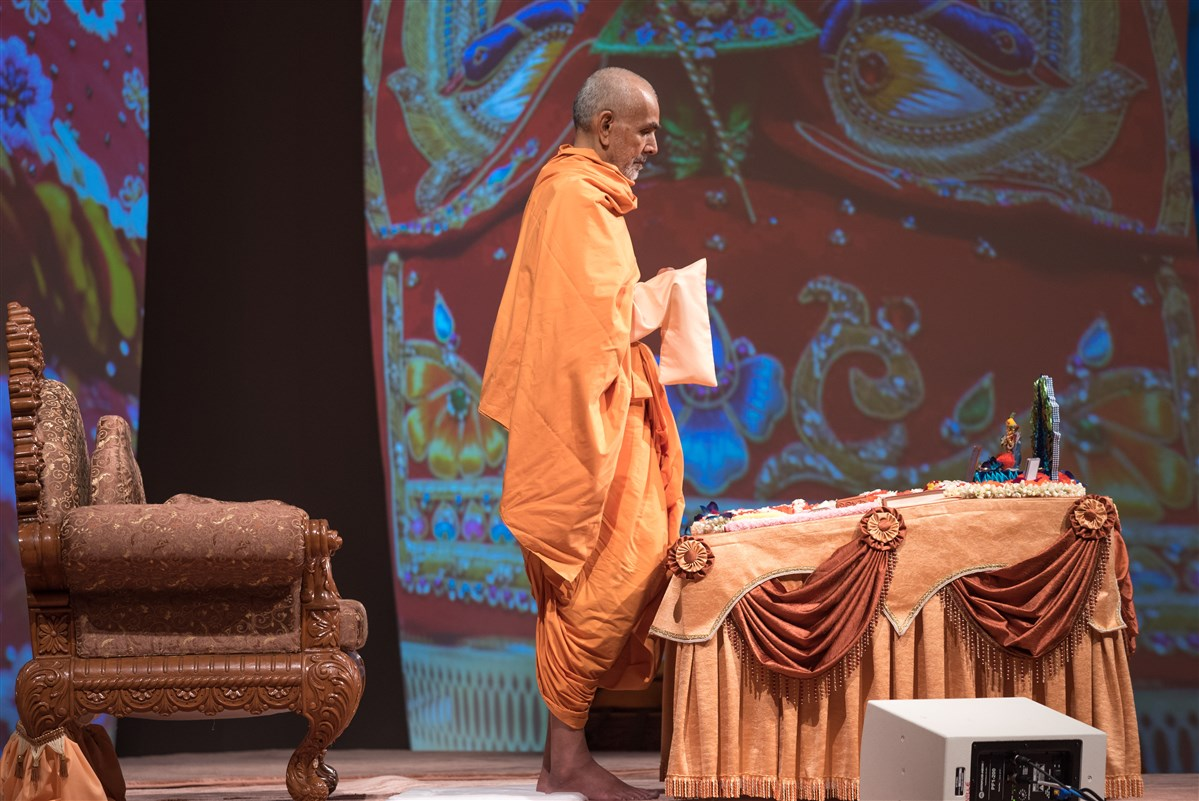 Swamishri performs morning puja