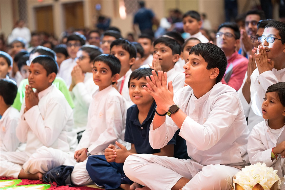 Youths engaged in Swamishri's darshan