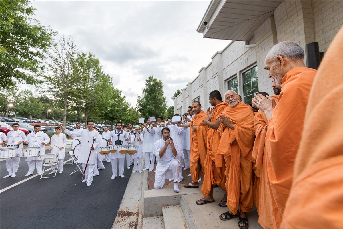 Swamishri listens to a performance by Akshar Dhwani Band from Dallas, TX