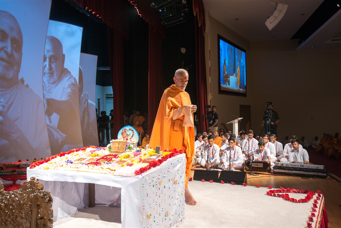 Swamishri performs pradakshina during morning puja