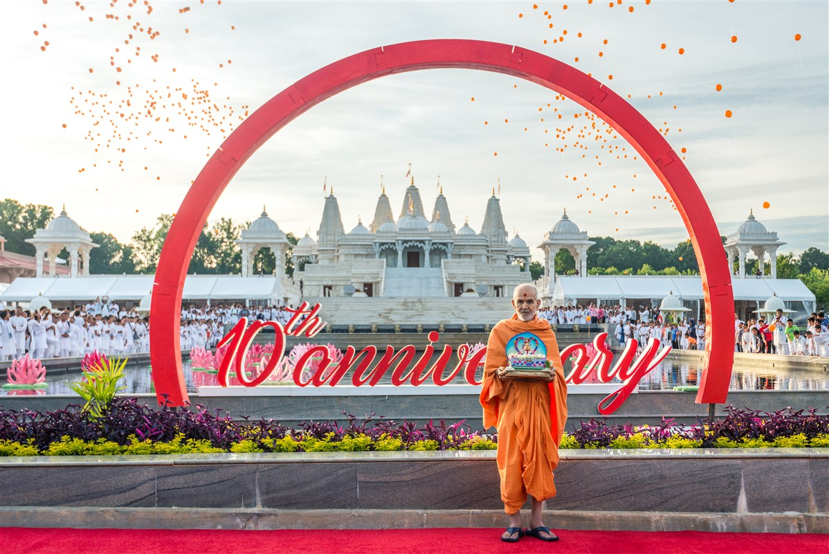 Shri Harikrishna Maharaj and Swamishri in front of the mandir