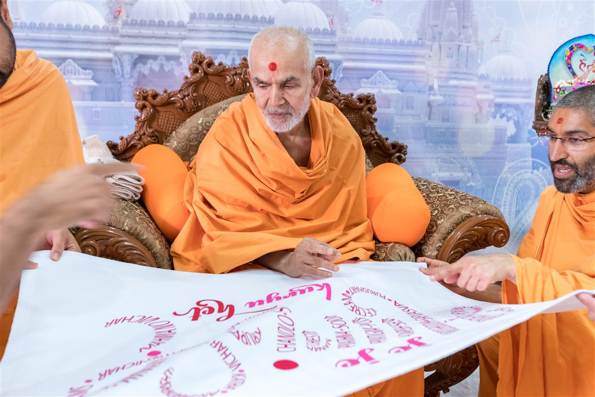 Swamishri blesses the theme of the Kishore-Kishori Din - 'Je Je Hari E Karyu Het'