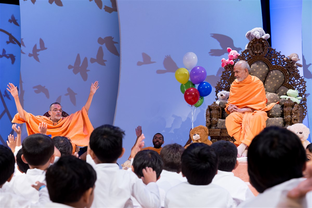 Pujya Narayanmuni Swami engages children with a story