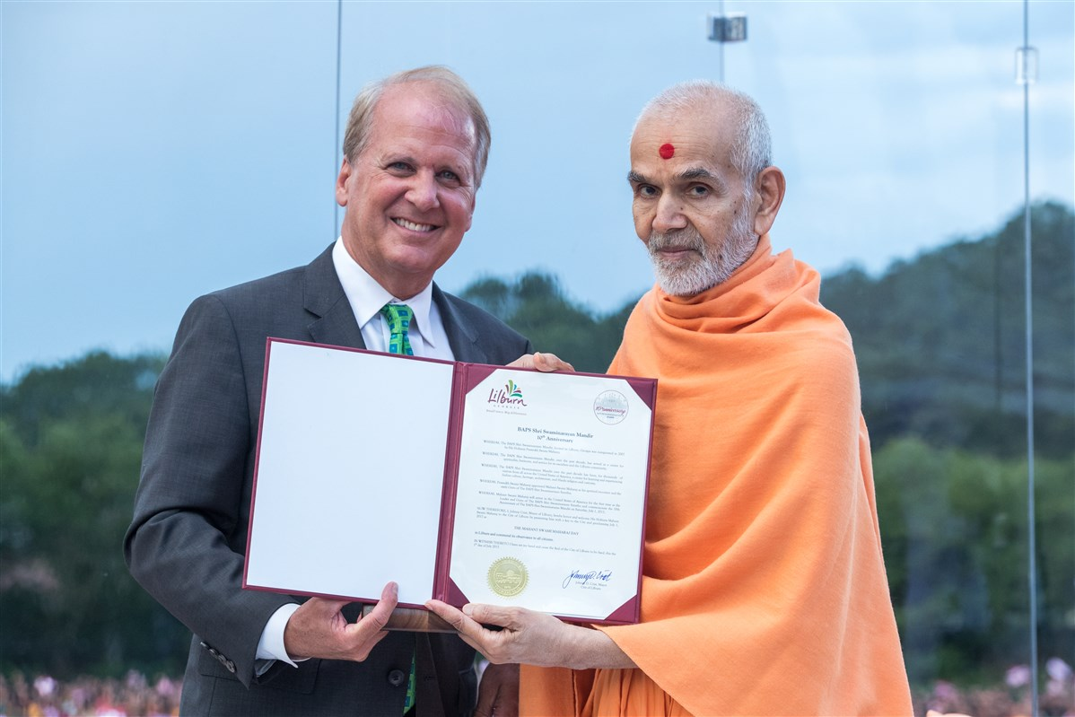 Johnny Crist, Mayor of the City of Lilburn, presents Swamishri with a proclamation declaring July 1st, 2017 as the HH Mahant Swami Maharaj Day