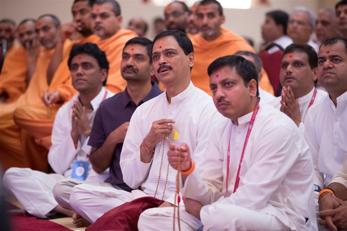 Devotees engaged in Swamishri's darshan, 2 July 2017