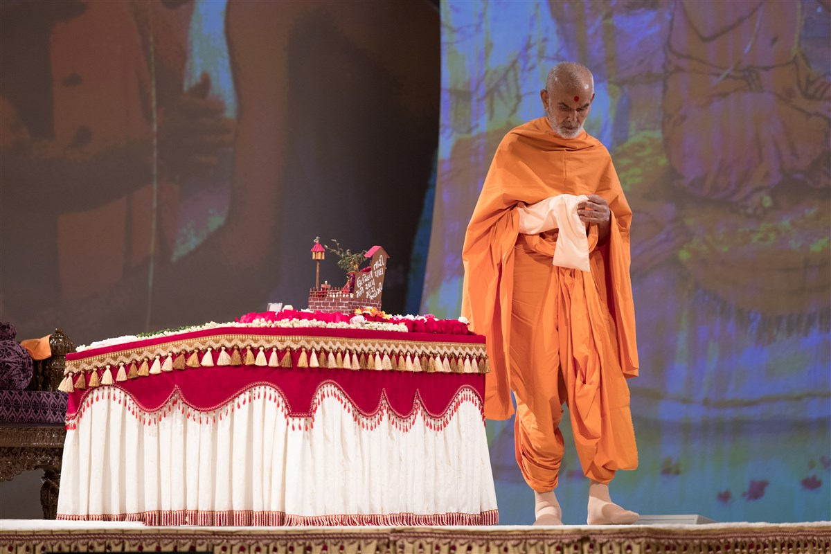 Swamishri engrossed in morning puja, 2 July 2017