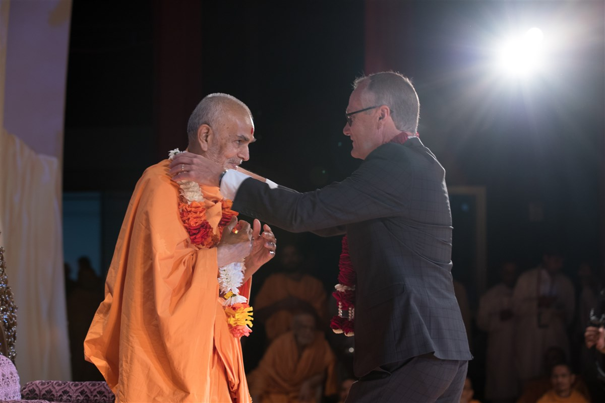 Swamishri is offered a garland by the Lieutenant Governor of Georgia, Casey Cagle, 2 July 2017