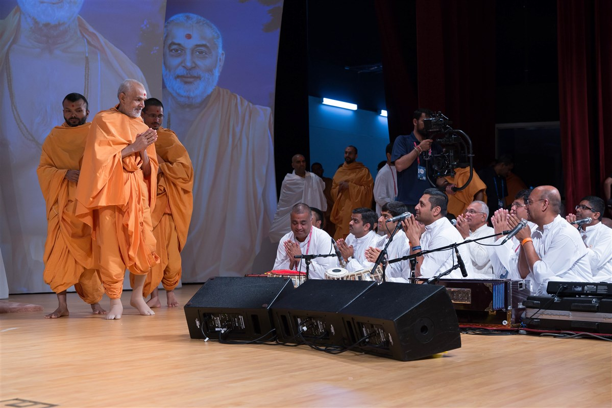 Swamishri folds his hands to the devotees in the audience, 3 July 2017