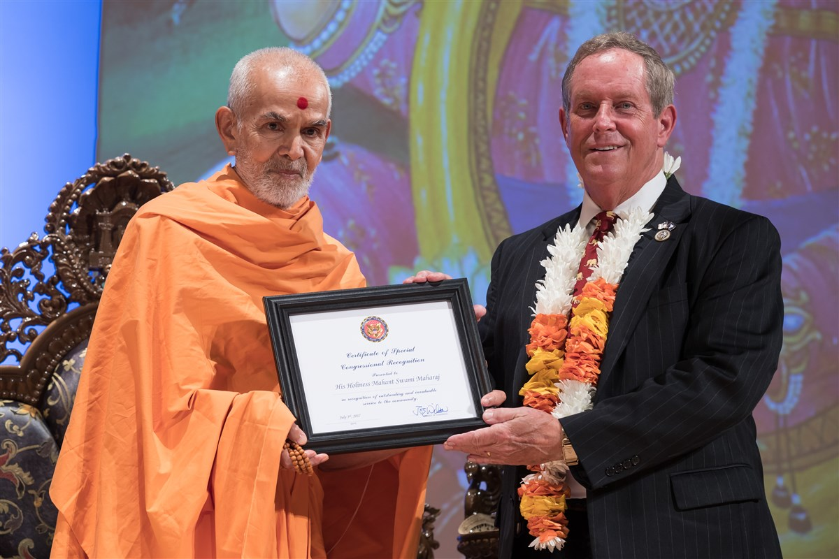 U.S. Representative, Joe Wilson, presents Swamishri with an award, 3 July 2017