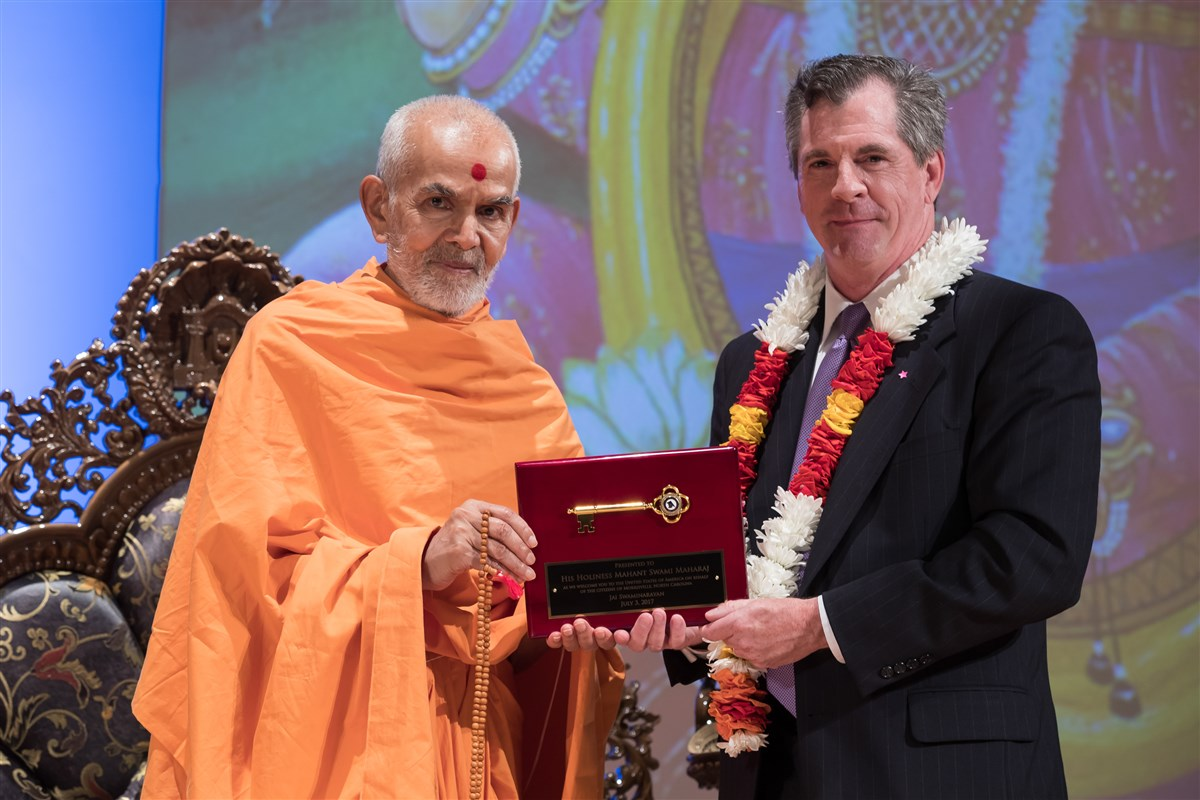Morrisville, NC Mayor, Mark Stohlman, presents Swamishri with a Key to the City, 3 July 2017