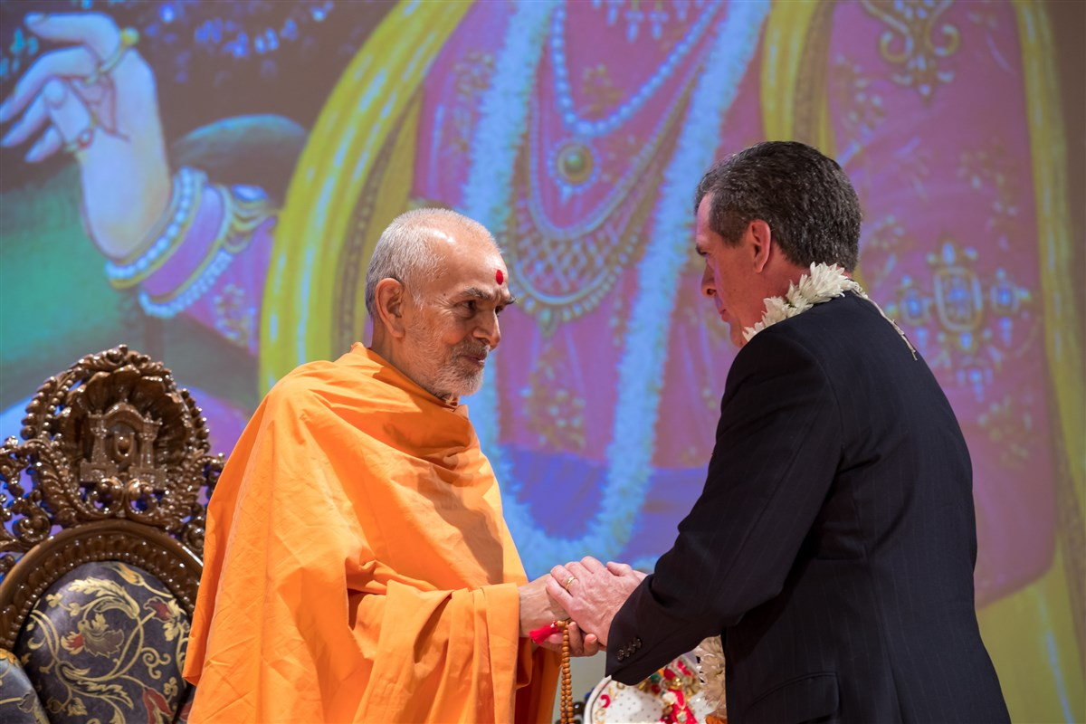 Morrisville, NC Mayor, Mark Stohlman, meets Swamishri, 3 July 2017
