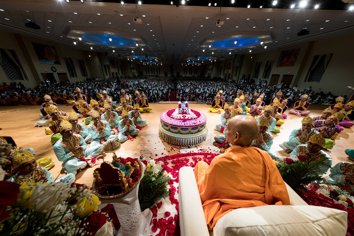 Swamishri blesses the youths in the dance