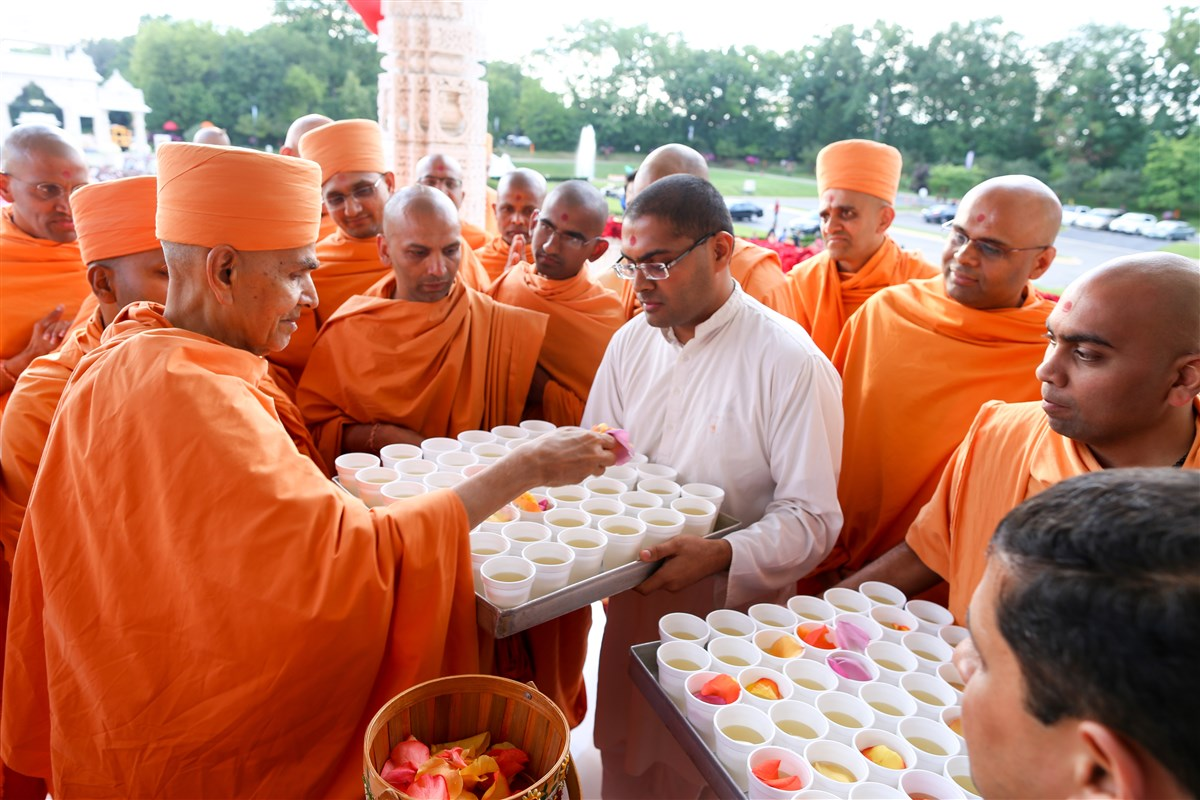 Swamishri sanctifies fruit juices for devotees who observed a fast