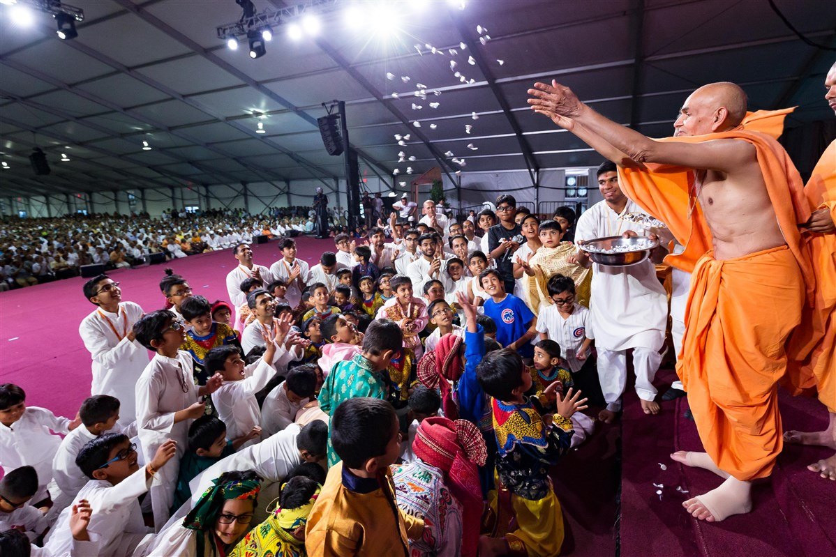 Swamishri showers candy upon children