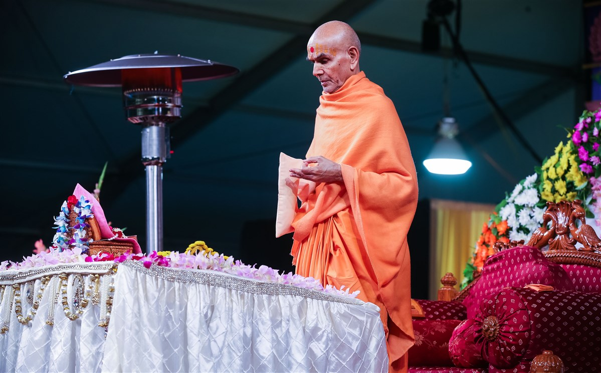 Swamishri engrossed in puja