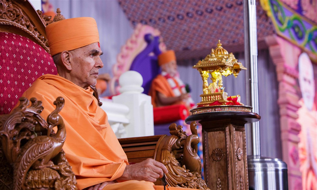 Swamishri observes the program