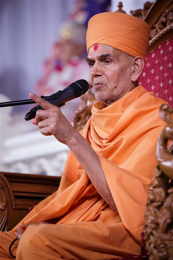 Swamishri addresses the Guru Purnima assembly