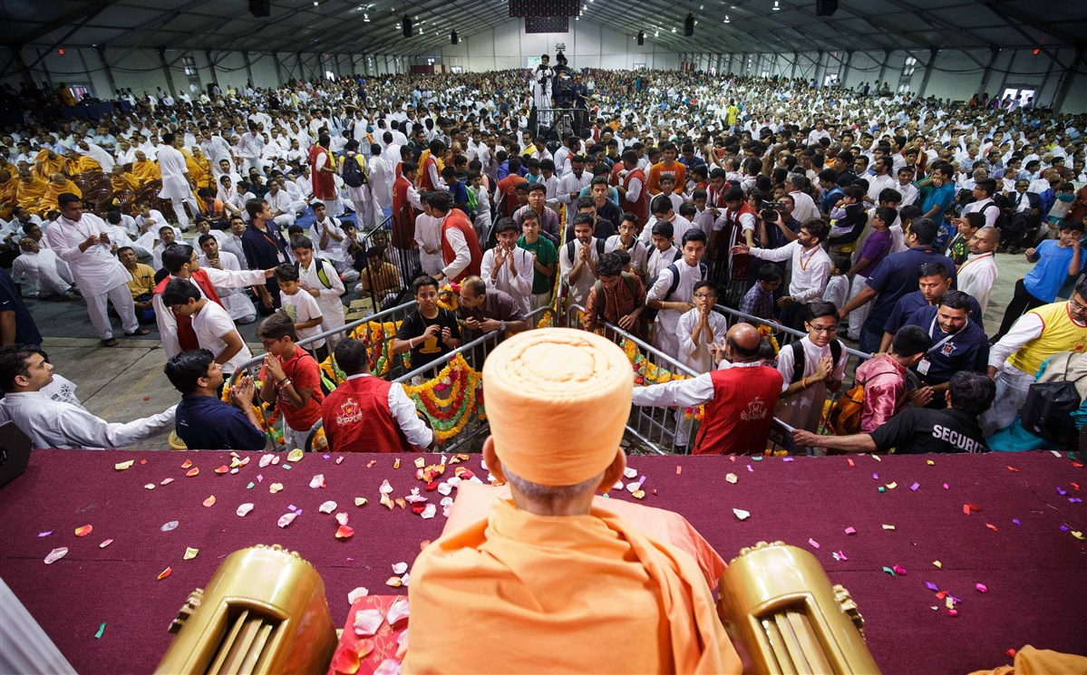Devotees offer mantra pushpanjali to Thakorji and Swamishri