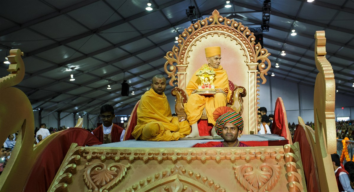 Swamishri arrives in the Guru Purnima celebration with Shri Harikrishna Maharaj