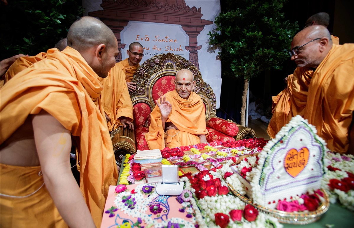 Swamishri appreciates bhakti of the devotees