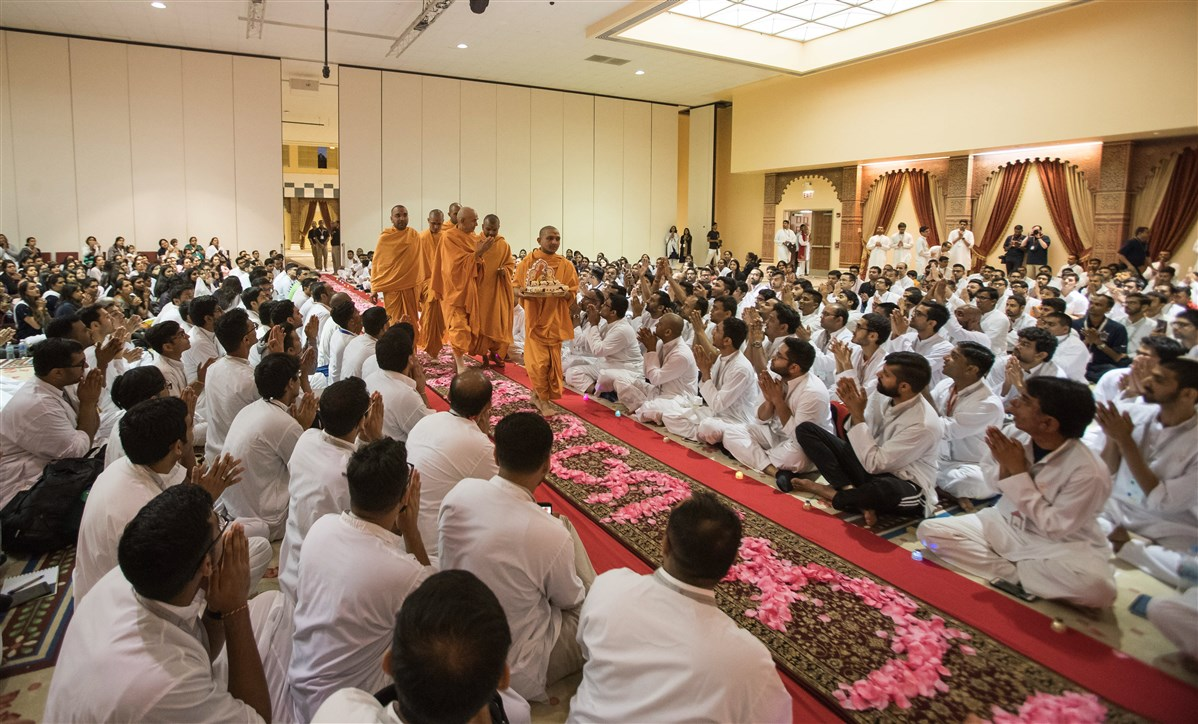 Swamishri arrives in Yuva Din assembly