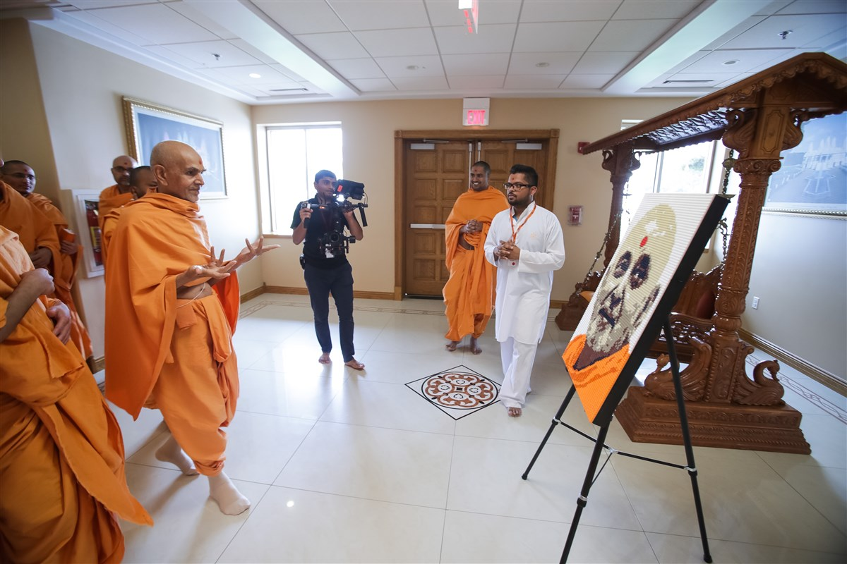 Swamishri appreciates artwork made by a youth