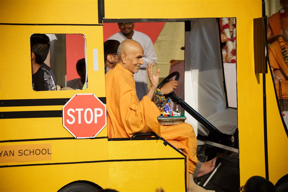 Swamishri arrives at the assembly with Shri Harikrishna Maharaj