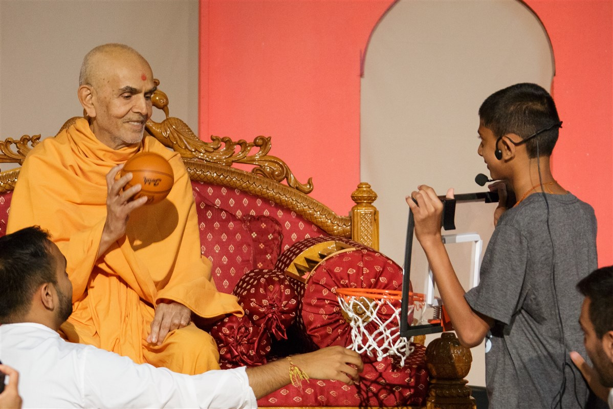 Swamishri interacts with children