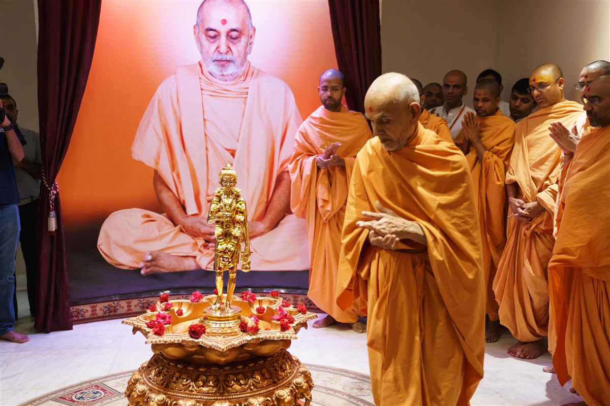 Swamishri performs pradakshina around Shri Nilkanth Varni Maharaj