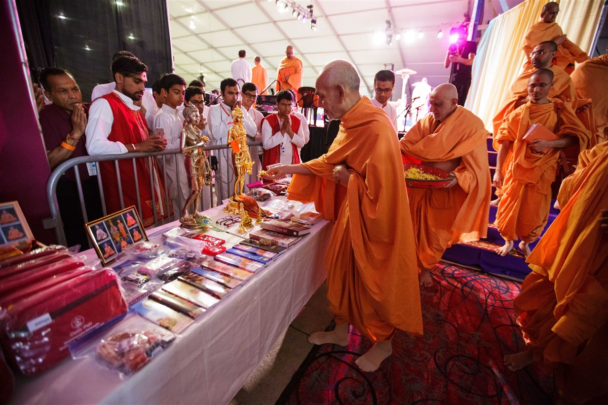 Swamishri sanctifies items for devotees