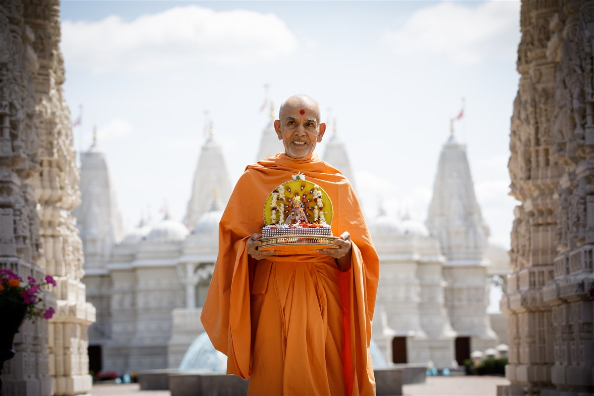 Swamishri with Shri Harikrishna Maharaj in front of the BAPS Shri Swaminarayan Mandir, Chicago, IL