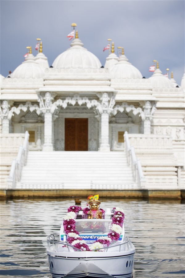 Shri Harikrishna Maharaj on a boat in front of the Mandir