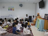 Pujya Tyagvallabh Swami delivers a discourse in the bal assembly